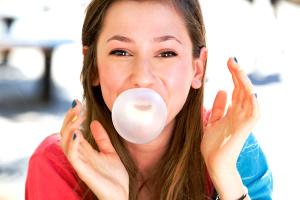 Чем опасна для зубов жевательная резинка