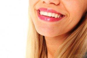 Отбеливающие пасты, полоски и карандаши помогут избавиться от кофейного осадка на зубах
