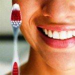 Правильно подобранная зубная щетка убережет от ранних проявлений болезней десен