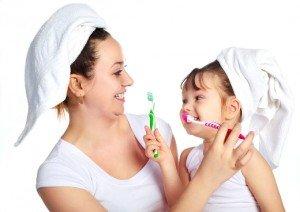 Зубная щетка и качественная паста помогут устранить причины потемнения эмали