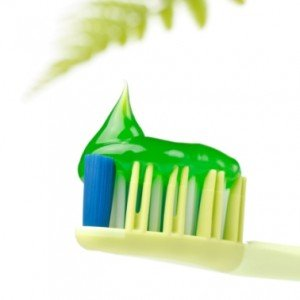 Зубные пасты и натуральные компоненты: морская соль, мята и коалин