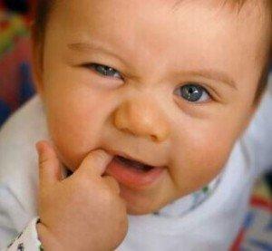 У ребенка болят зубы при прорезывании: что делать